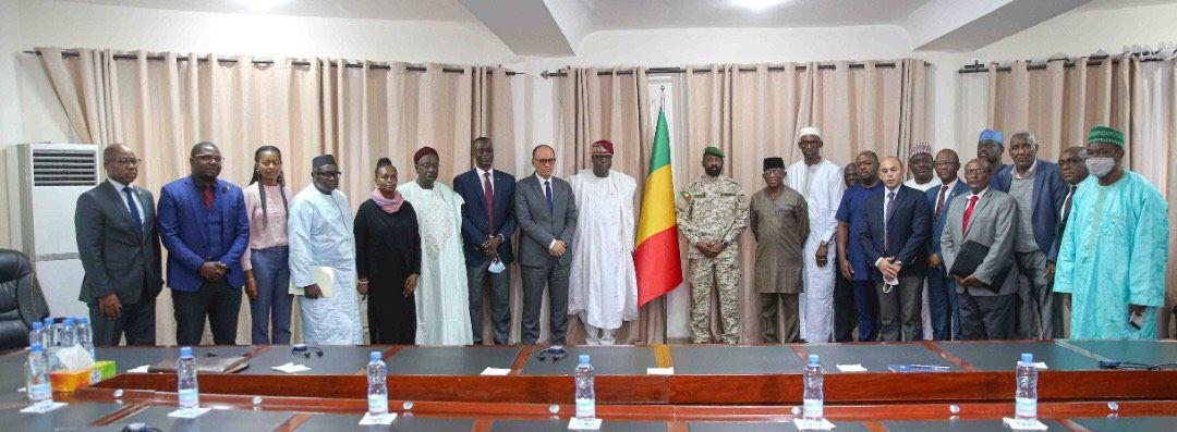 Le Président de la transition, son excellence le Colonel Assimi Goita, Chef de l'Etat, reçoit les membres du conseil de paix et de sécurité (CPS) de l'Union africaine.